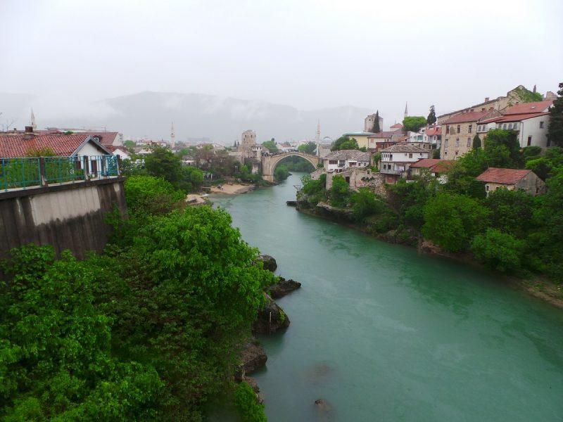 Yağmur altında Mostar Köprüsü